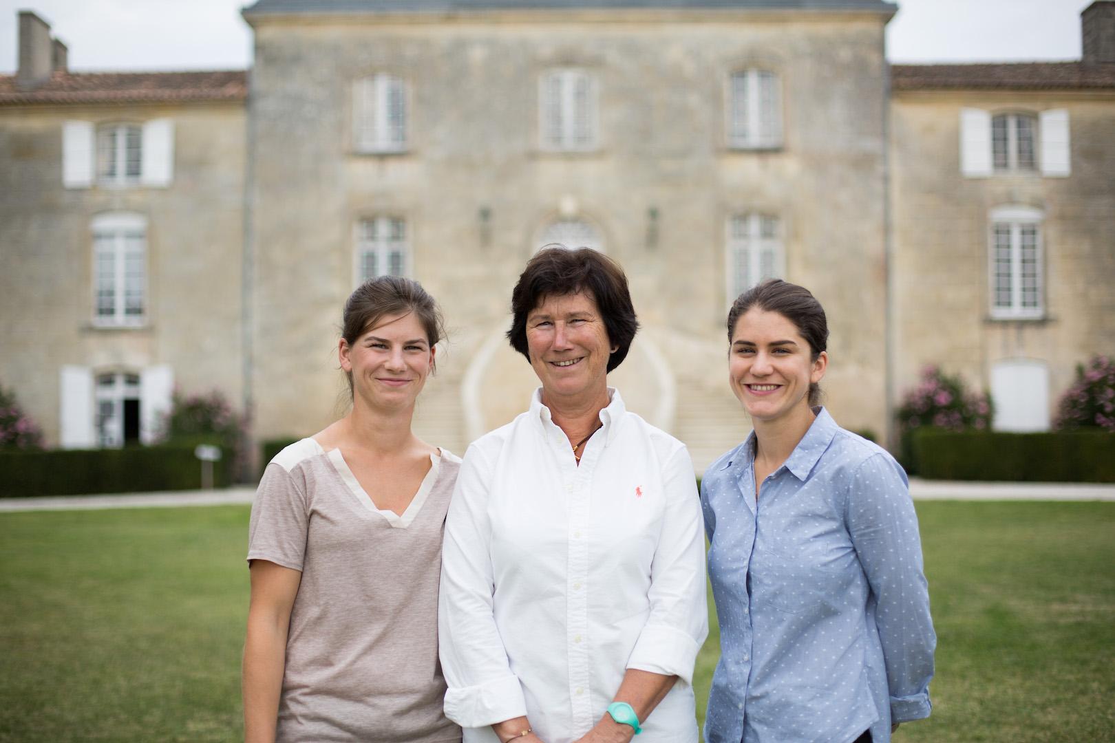 Claudine Rozier entourée de ces filles Anne-Cécile à gauche, Marie-Caroline à droite